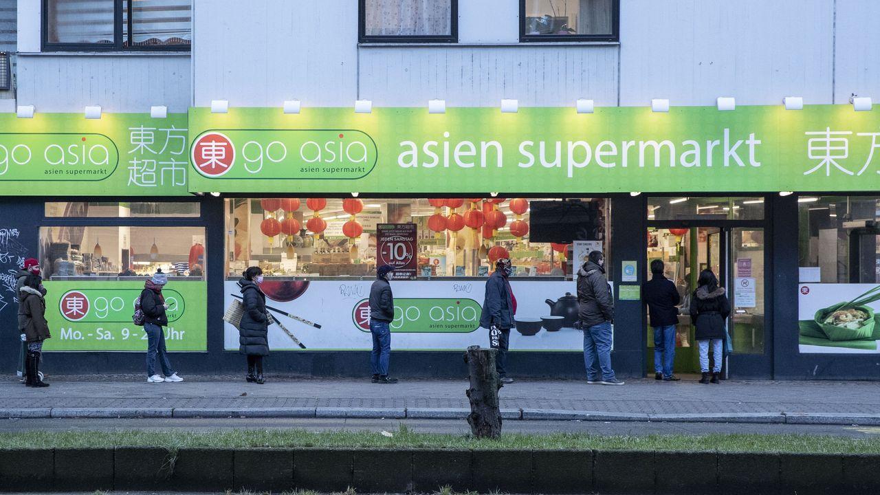 Gente haciendo cola para entrar en un supermercado de Berlín