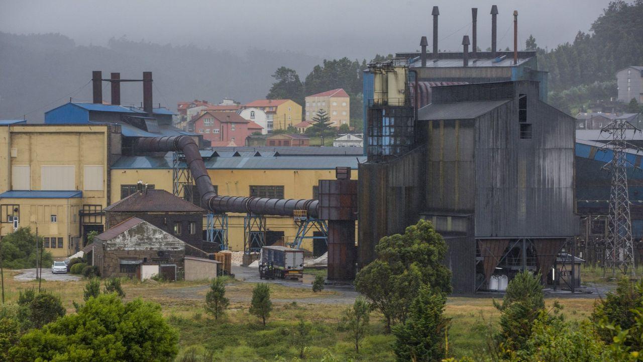 Un trabajador de la fábrica de aluminio de Alcoa en San Cibrao en una protesta en la autovía del Cantábrico