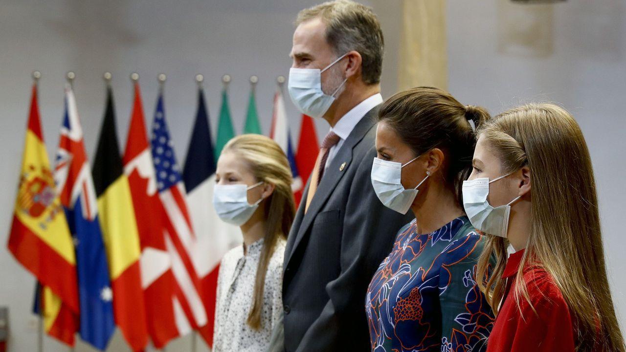 Los reyes Felipe VI y Letizia y su hijas la princesa Leonor (4d) y la infanta Sofía (d) reciben a los galardonados con los premios Princesa de Asturias 2020