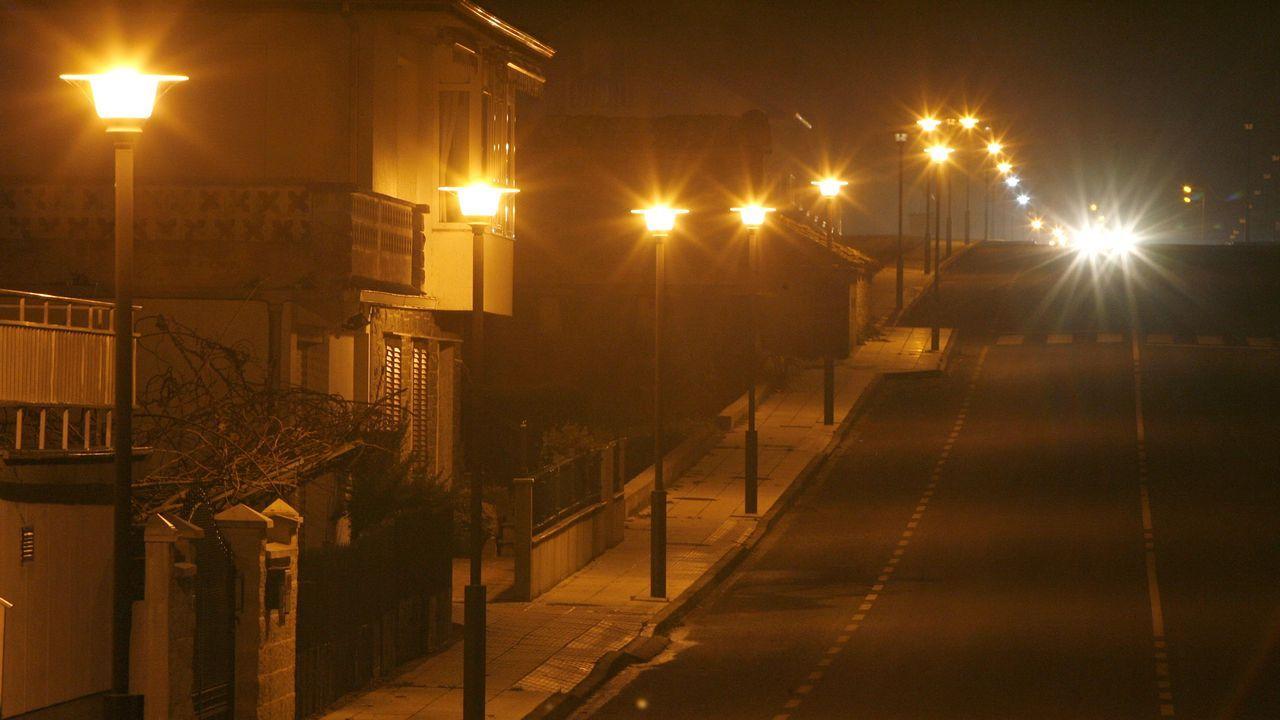El comité de Alcoa en San Cibrao está llenando los concellos de A Mariña de lazos azules para llamar la atención sobre la crisis de la aluminera por el alto precio eléctrico