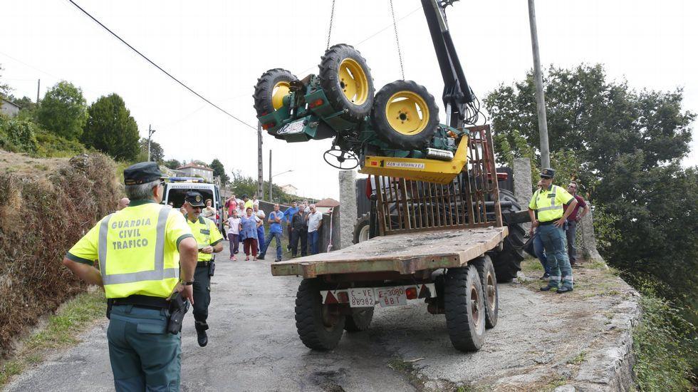 Tráfico estrena un sistema pionero para cerrar la A-8 cuando hay niebla.Accidente de tractor con un fallecido en Santa María de Xeve, Pontevedra