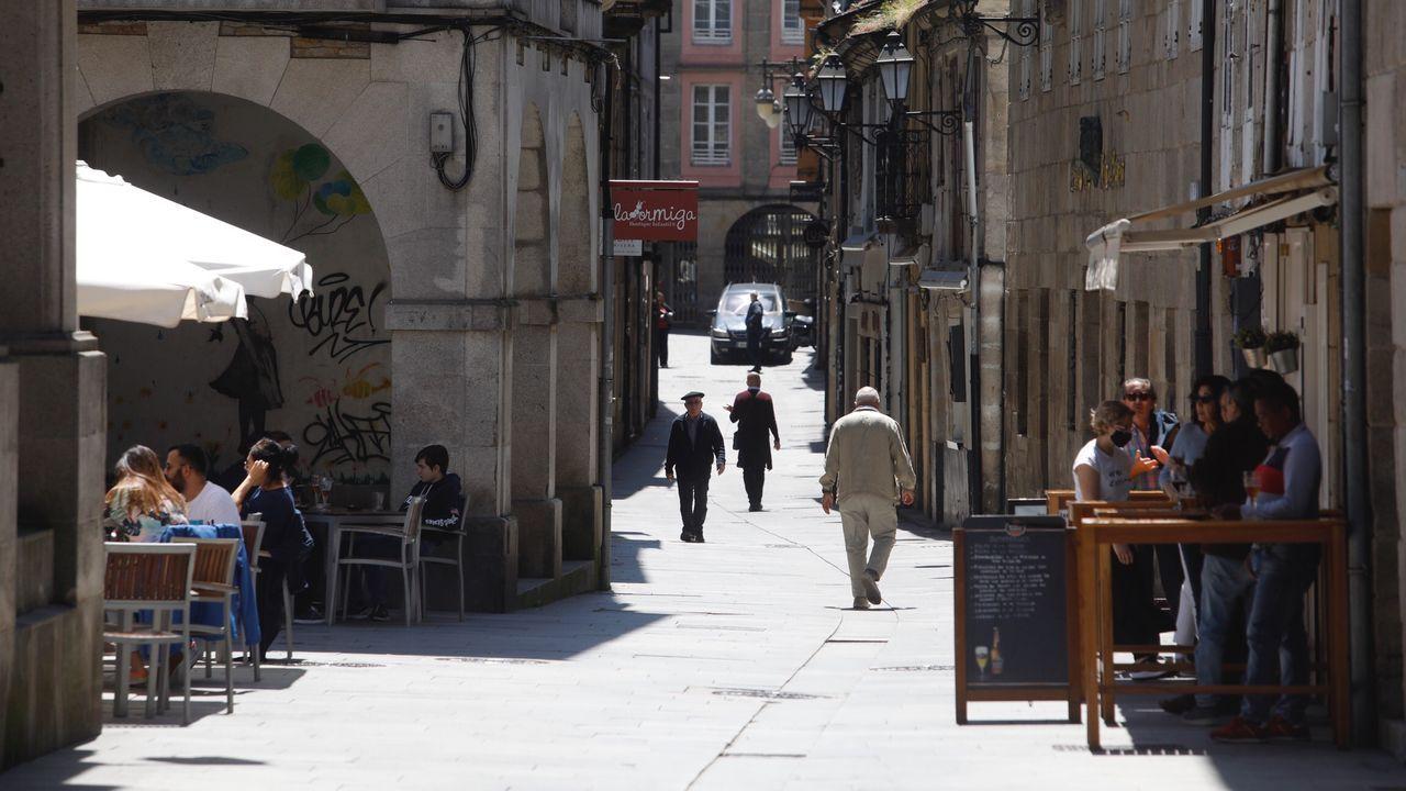 La terraza de O Castelo contrasta con el cierre de los bares de la Rúa Nova en su parte estrecha