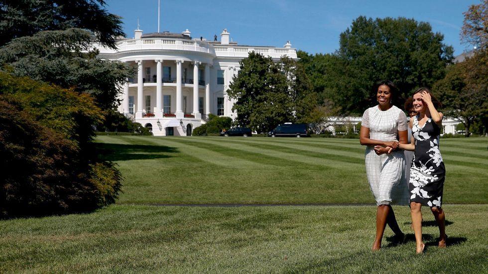 Con Michelle Obama, la reina Letizia llevó un vestido en negro y blanco sin mangas.