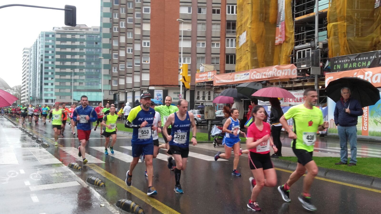 El tiempo no acompañó en la Media Maratón de Gijón.Ramón Juega Cuesta