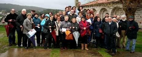 Miembros de la asociación Amigos del Románico disfrutaron de un recorrido por Muxía y Vimianzo guiados por el antropólogo Manuel Vilar.