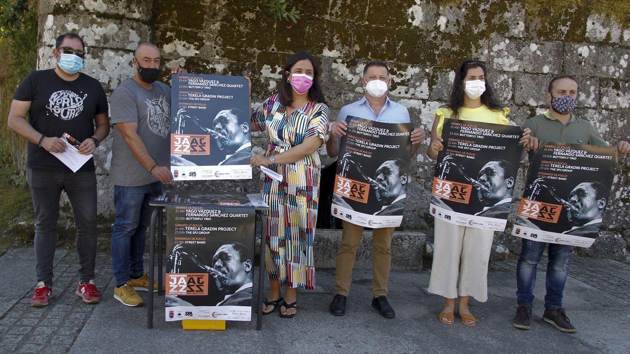 Personas haciendo cola en el punto covid del Hospital Provincial de Pontevedra para hacerse una PCR.