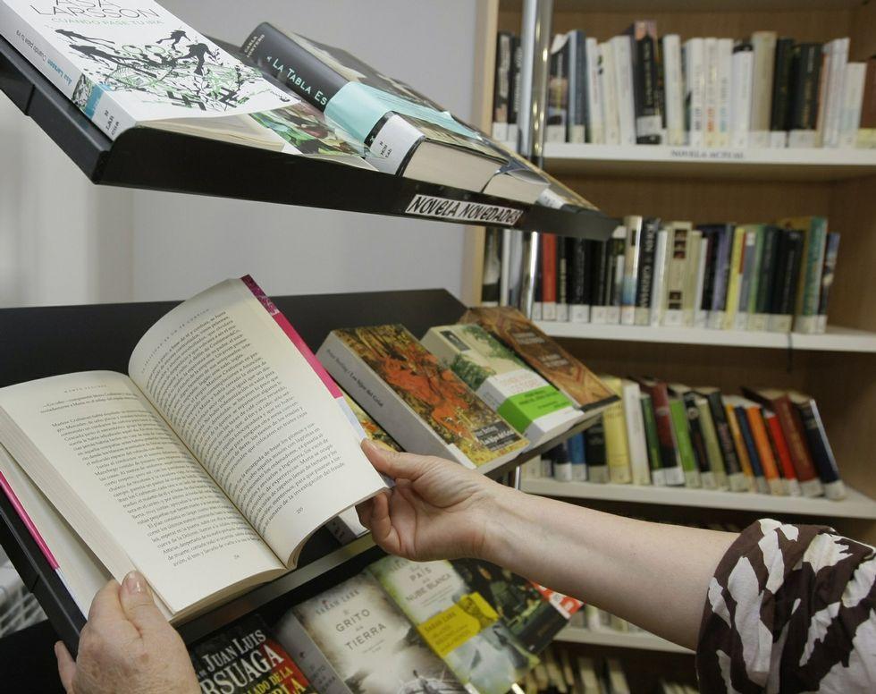 Estantería de novedades en la biblioteca municipal de Viveiro.
