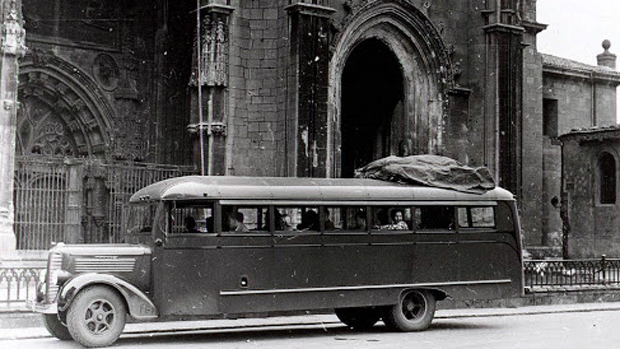 Cruz do Outeiro da Obra de Celanova.Uno de los autocares Dodge comprados por Franco para hacer las «Rutas de Guerra Civil», frente a la Catedral de Oviedo. Con ellos paseaban a turistas por los lugares de combate, incluso antes de terminar el conflicto