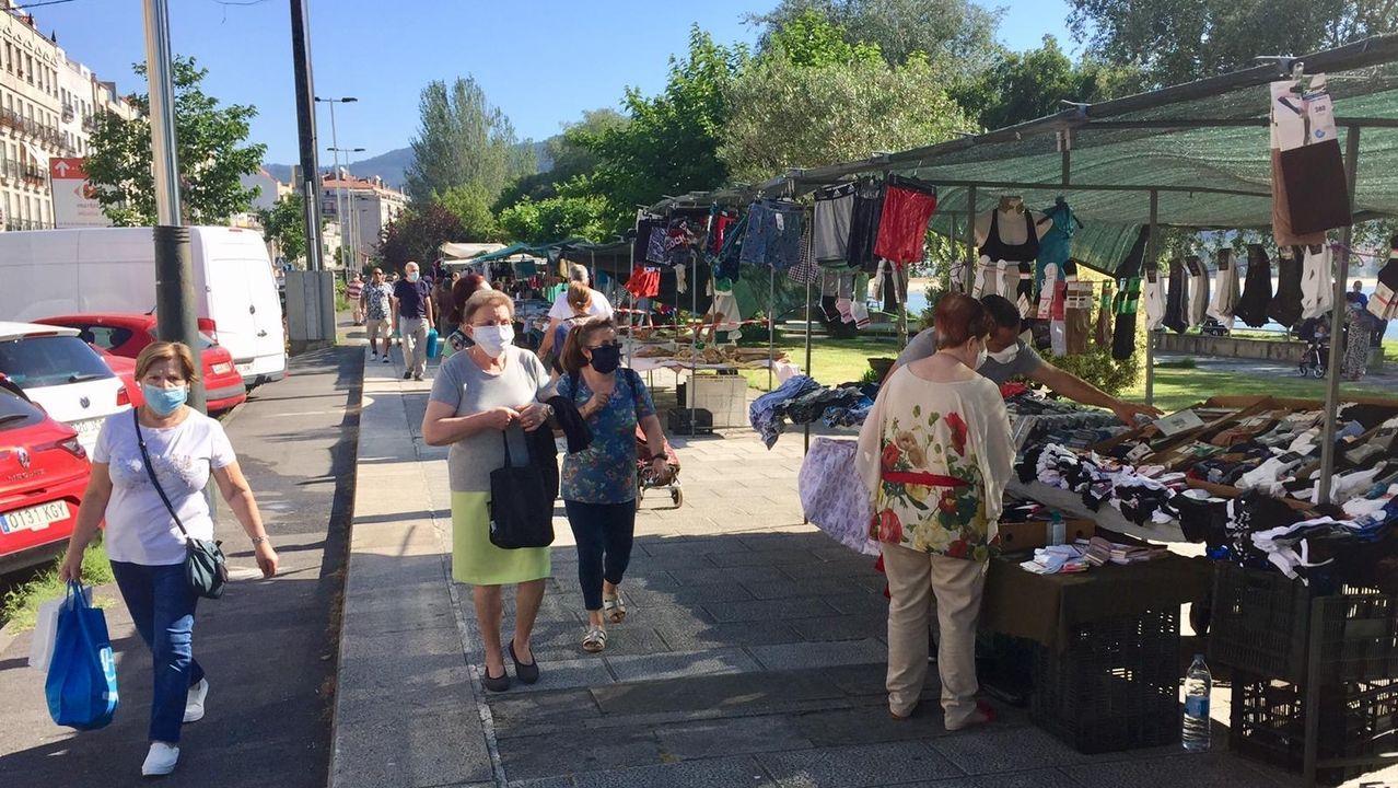 Abre por fin la frontera entre Tui y Valença.Turistas en el mercado de Valença
