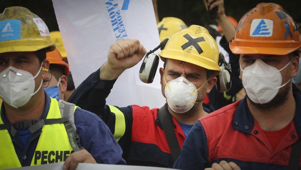 Trabajadores de Alcoa cortan la A6 en ambos sentidos para reivindicar la permanencia de la factoria de aluminio en San Cibrao.Trabajadores de Alcoa cortaron la A-6 a la altura de Outeiro de Rei