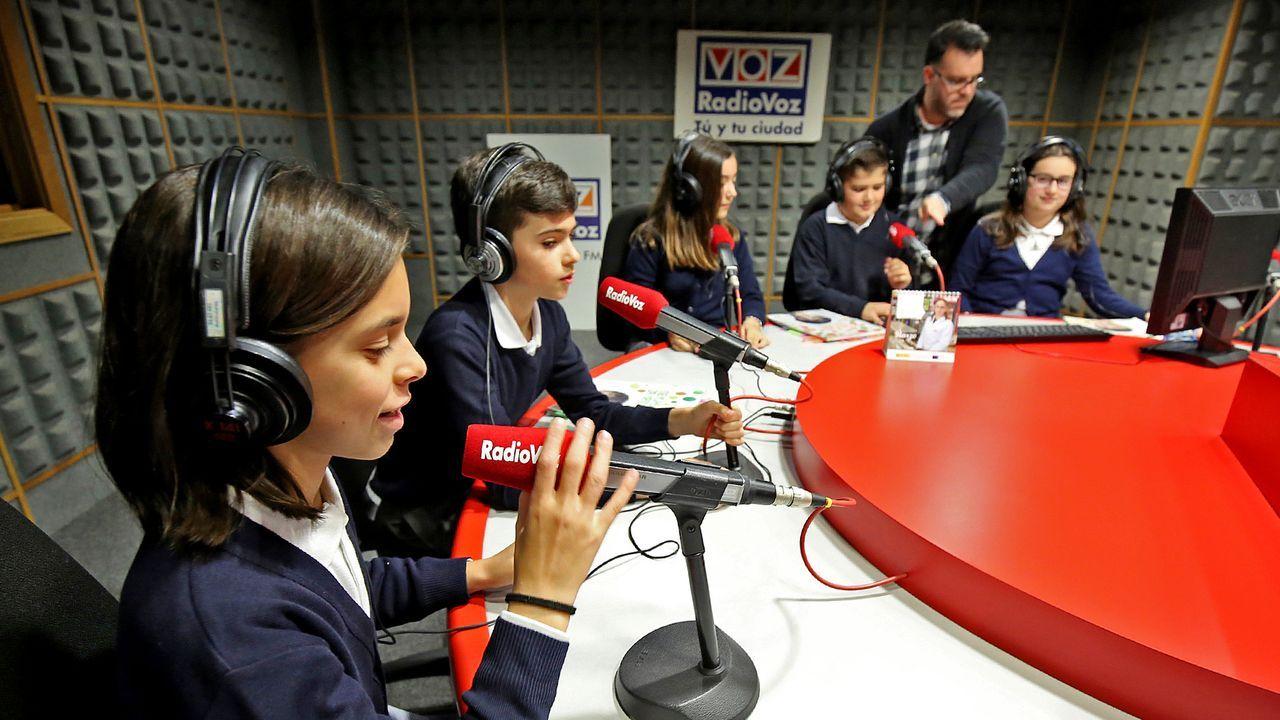 Laboral Ciudad de la Cultura.A través de la libertad que ofrece, la radio es un medio único de promover la cultura. En la imagen, alumnos del colegio Sagrada Familia, de Aldán, en los estudios de Radio Voz