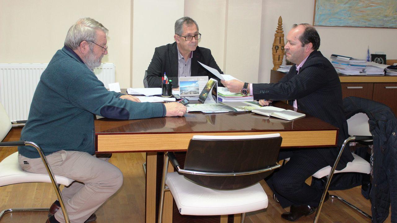El presidente de Sogama (derecha) se reunió ayer con el regidor carballés, Evencio Ferrero, y el concelleiro Lois Lamas (izquierda).