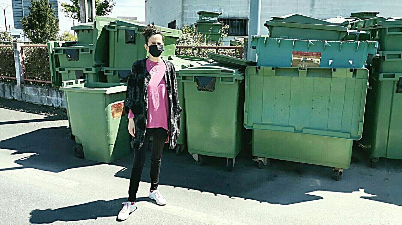 La portavoz del PP, Katy Varela, junto a los antiguos contenedores del servicio de recogida de residuos