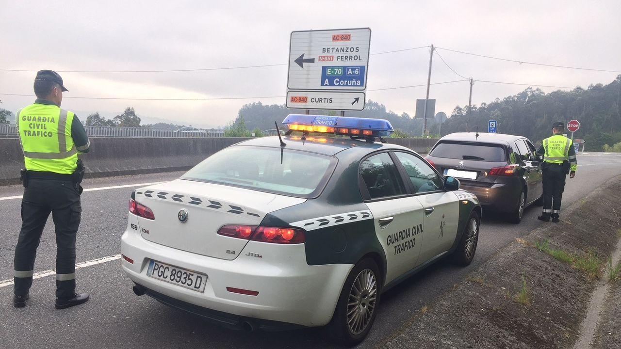 Concentración de repulsa por el asesinato de Clara María Expósito.Imagen de un control de la Guardia Civil de Tráfico en una carretera de A Coruña