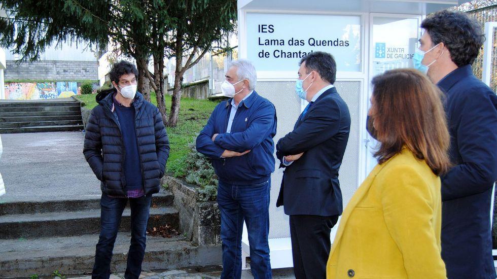 meiras.El consellleiro de Educación, en el centro, en su visita a Chantada