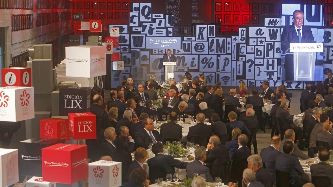 Los asistentes a los premios Fernández Latorre.Un nuevo partido: en 1983, en campaña con un partido de centro galleguista
