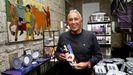 Amador Lorenzo atiende a diario la Galería Sargadelos de Vigo, que dirige desde los noventa