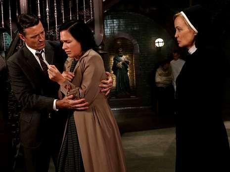Walk.Jessica Lange hace el papel de monja en «American Horror Story».