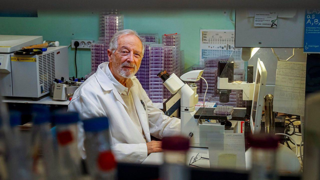 Una enfermera del Hospital Clinic de Barcelona prepara una dosis de la vacuna de Pfizer