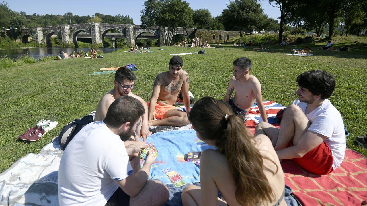 Casi nueve mil personas llamadas a vacunarse contra el covid en Pontevedra y Vilagarcía.El alcalde de Ponte Caldelas, Andrés Díaz, y varias concejalas retiraron basura del río Verdugo