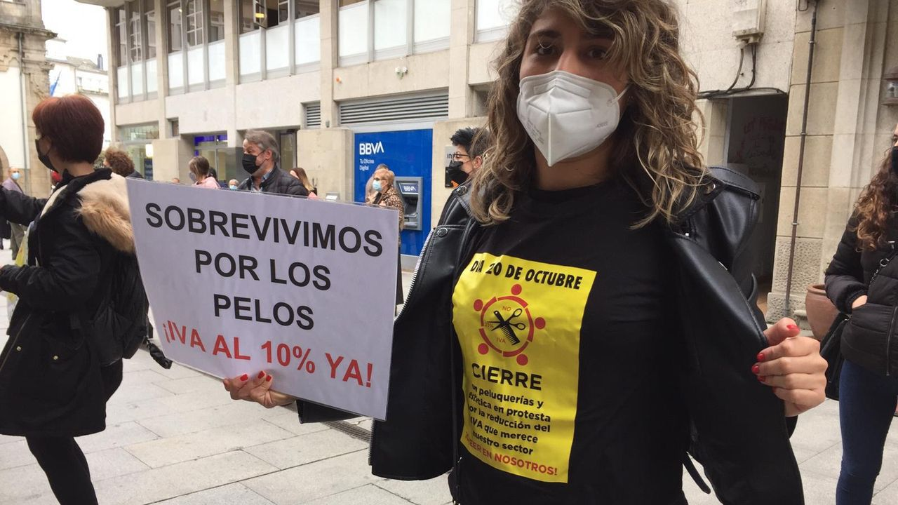 Peluquerías de toda la provincia de Lugo se manifestaron este martes en la capital para exigir una bajada del IVA