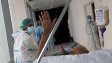 Un paciente se despide tras 50 días en la uci del hospital Infanta Sofía de Madrid