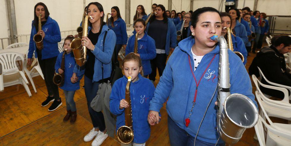 La comparsa de las Sin Xeito amenizaron ayer la Festa dos Callos en Vilaxoan