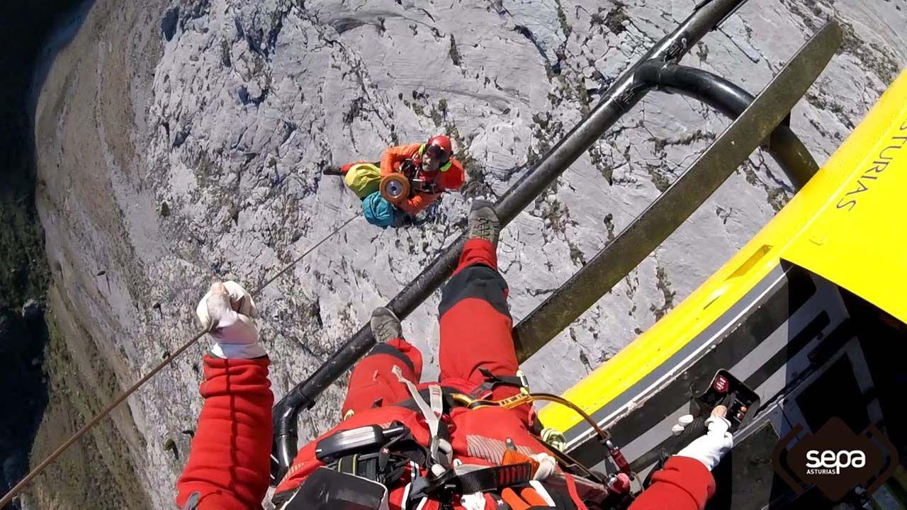 Bomberos del Sepa rescatan a una escaladora accidentada