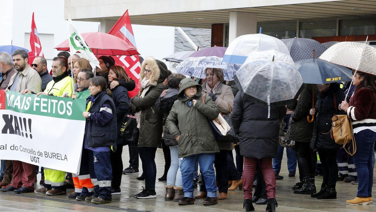 Concentración de los trabajadores del concello de Burela delante del consistorio para protestar por los RPT.Concentración de los trabajadores del concello de Burela delante del consistorio para protestar por los RPT