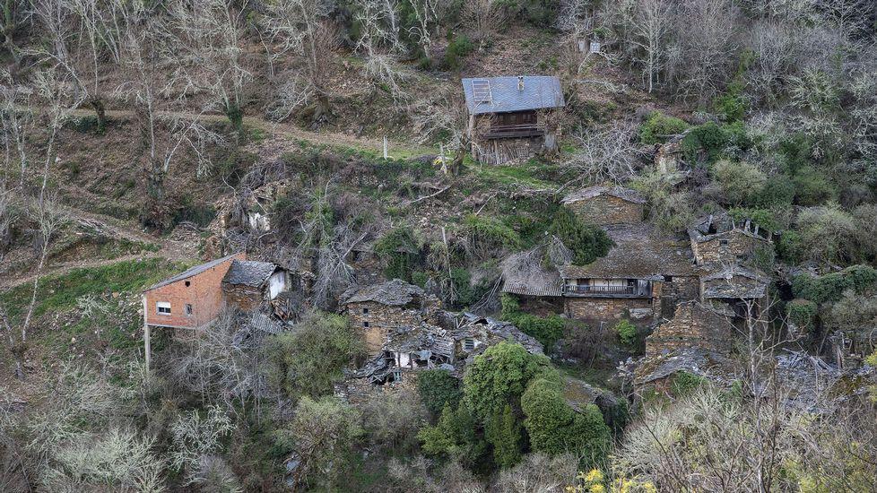 Una vista de la aldea desde la cercana sierra de A Coutada