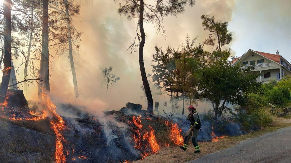 Incendio forestal en Ames.Imagen del incendio forestal de Cualedro, que comenzó el miércoles