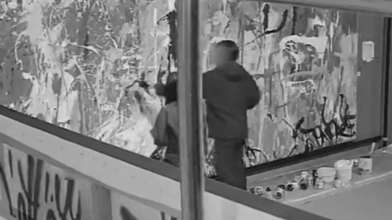 Pintan por error una obra expresionista de más de 400.000 euros.El presidente de la Junta de Andalucia, Juan Manuel Moreno Bonilla, y el vicepresidente, Juan Marín