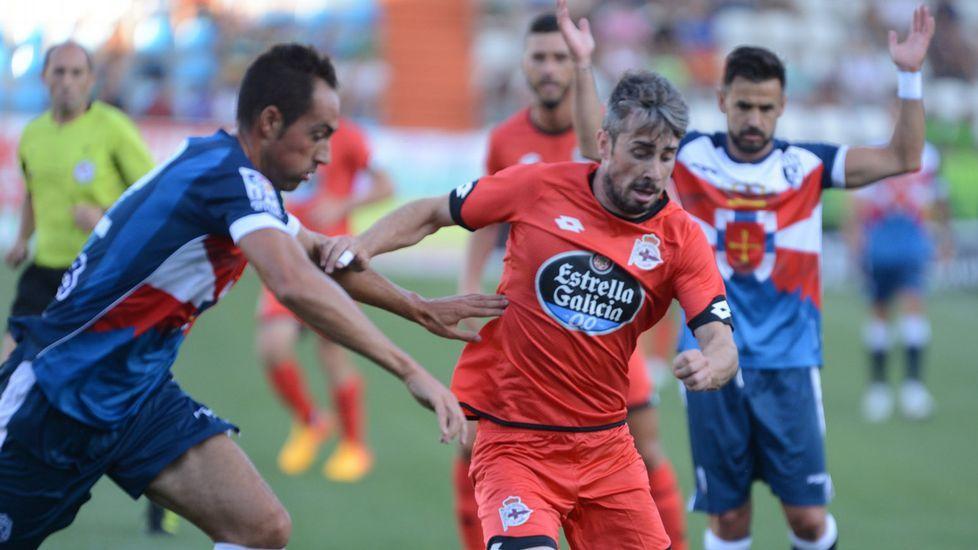 El Ponferradina-Deportivo, en fotos.Medunjanin, entre Mosquera y Juan Domínguez en un entrenamiento del Dépor