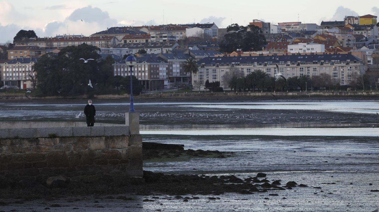 Investigan la aparición de galletas de hidrocarburo en Bastiagueiro.Imagen de archivo del IES María Casares de Oleiros