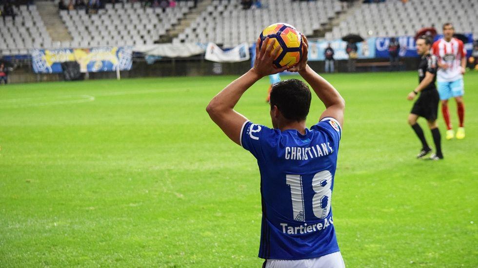 Christian Fernández se dispone a sacar de banda