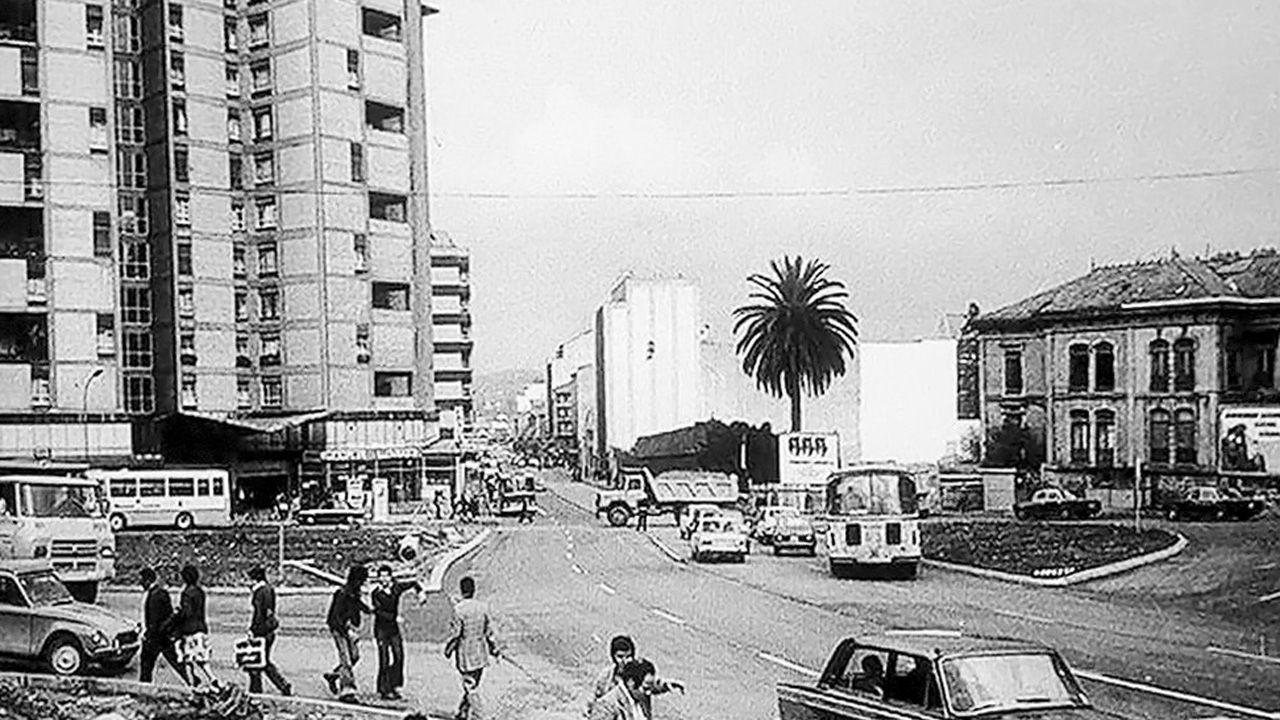 La plaza Primo de Rivera de Oviedo en la que se ve el solar, hacia el centro de la imagen, donde se levantaría el centro comercial Salesas y un bloque de viviendas en 1982
