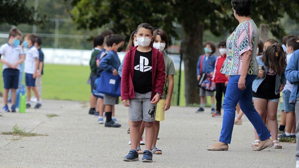 En la mayor parte de los colegios los estudiantes tuvieron que hacer filas para entrar de forma escalonada a sus clases