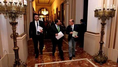 El portavoz Julio Flores, el alcalde Carlos Negreira y el edil Enrique Salvador, llegan al pleno.