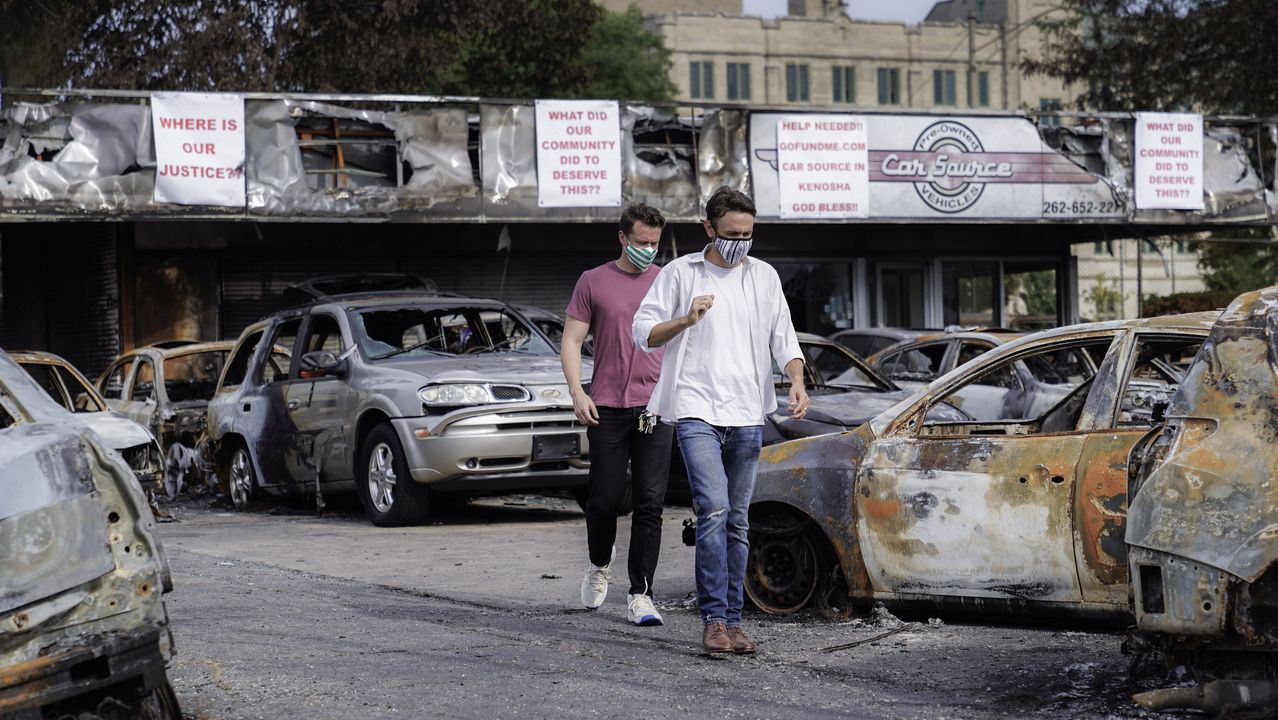 Vehículos destruidos después de días de disturbios en el centro de Kenosha