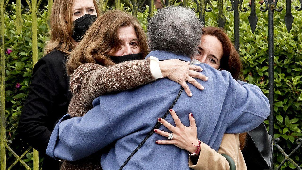 La familia de Déborah, el martes, día en que fue exhumado su cadáver