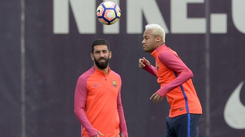 Neymar quiere «picar» al Atlético.Michael Williams y la pequeña Florence, con la equipación del Real Oviedo