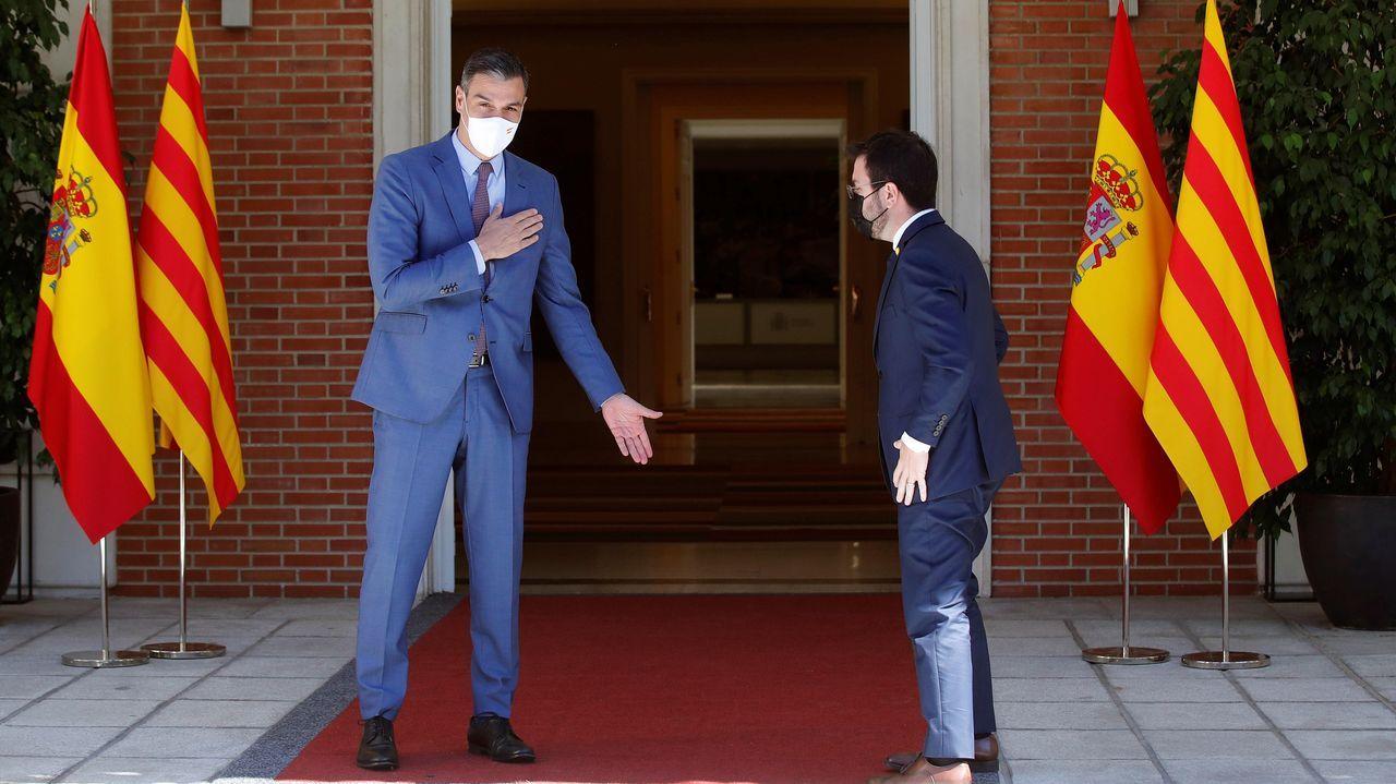 El presidente del Gobierno, Pedro Sánchez), recibe al presidente de la Generalitat, Pere Aragonès, durante su encuentro este martes en el Palacio de la Moncloa.
