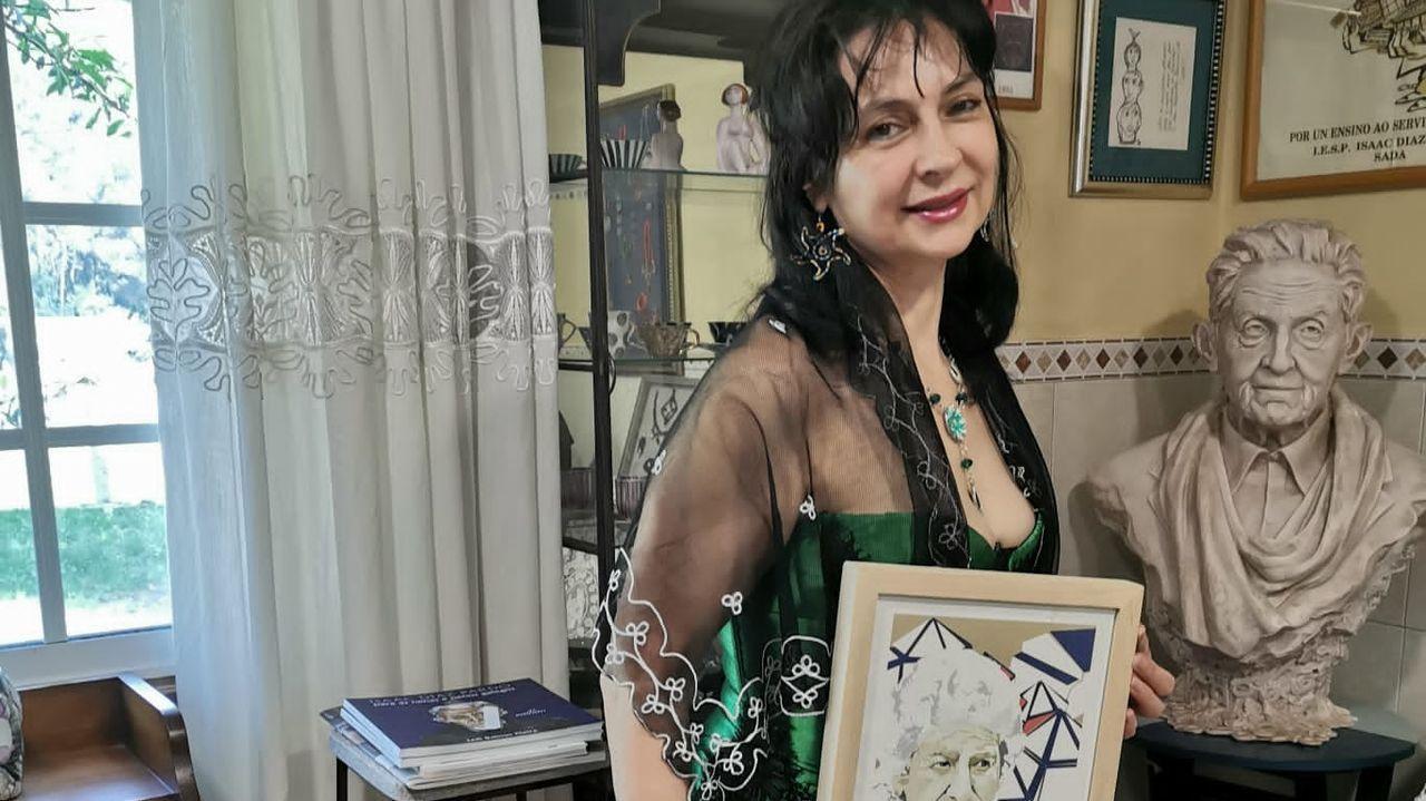 La escritora Loli Beloso, con un cuadro de Mimina, en su casa de Valadiña, en Tomeza