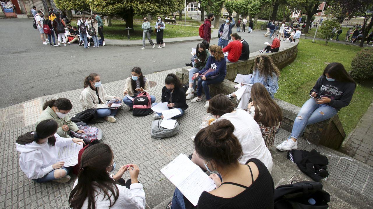 Tras el examen de Historia de España. los alumnos tuvieron un descanso que aprovecharon para repasar en los jardines del campus