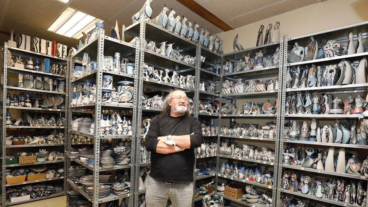 20 fotos para 20 años de la Muralla de Lugo Patrimonio de la Humanidad.El ceramista Otero Regal en su taller con algunas de las piezas almacenadas que tiene sin vender