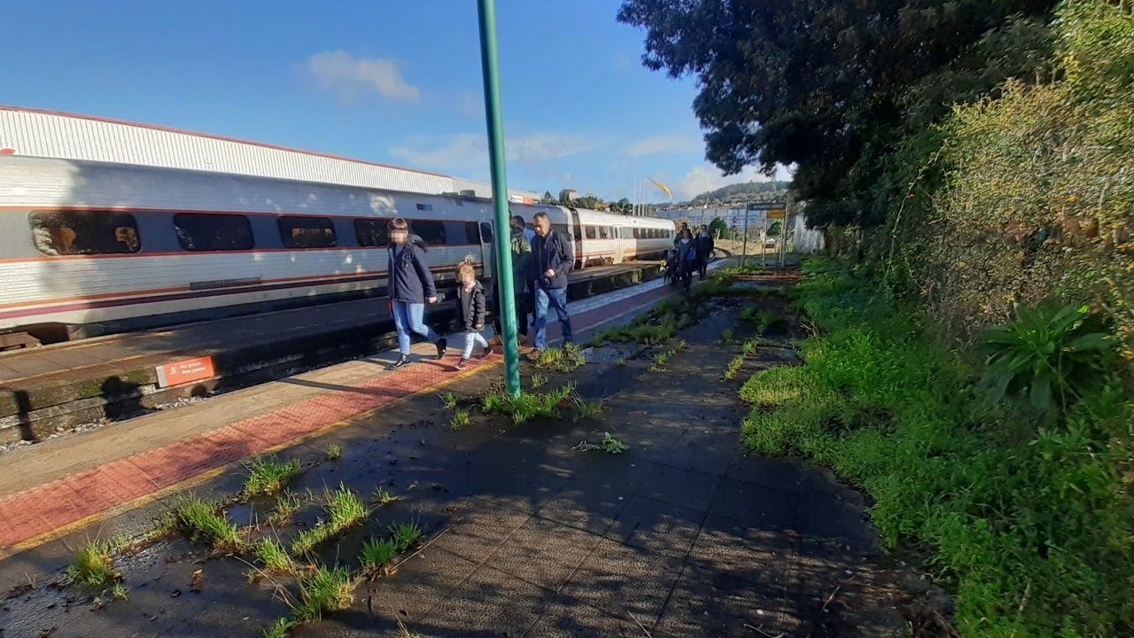 Renfe presenta AVLO, su nuevo AVE de bajo coste.Imagen de la estación de Santiago a mediodía de este jueves
