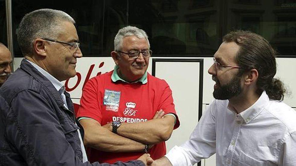 Cuando Cayo Lara pronosticó el futuro de su sucesor.Manuel Orviz saluda a Emilio León