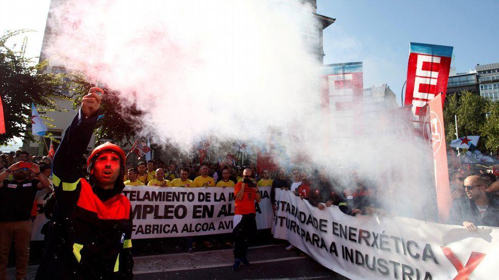 La oficialidá, una lucha intergeneracional.Manifestación convocada por el comité de empresa de Alcoa para protestar contra el anuncio de cierre de esta planta y de otra más en Avilés (Asturias)