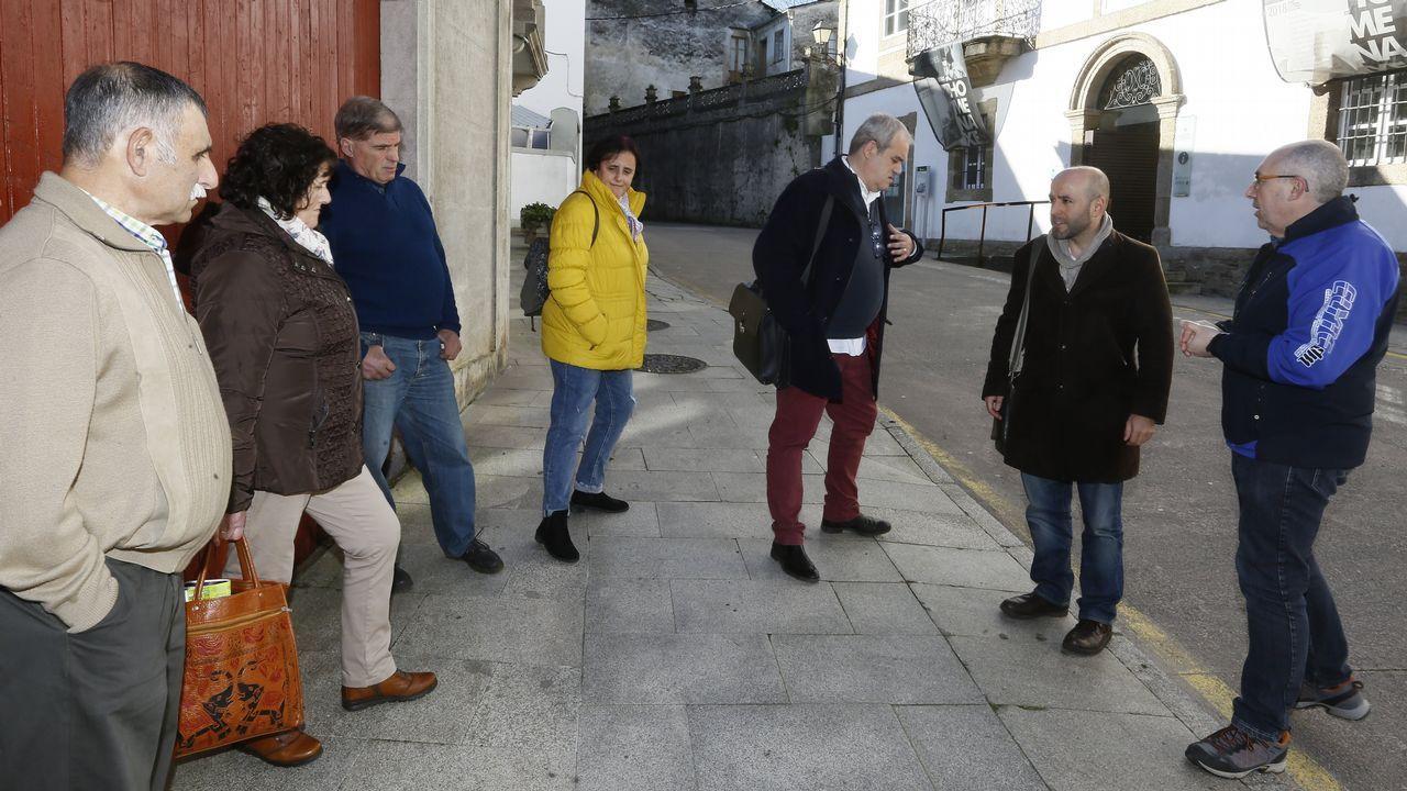Imagen de archivo de los que en el 2012 eran alcaldes de Oza dos Ríos, Pablo González, y Cesuras, Julián Lucas, escenificando la unión de los concellos