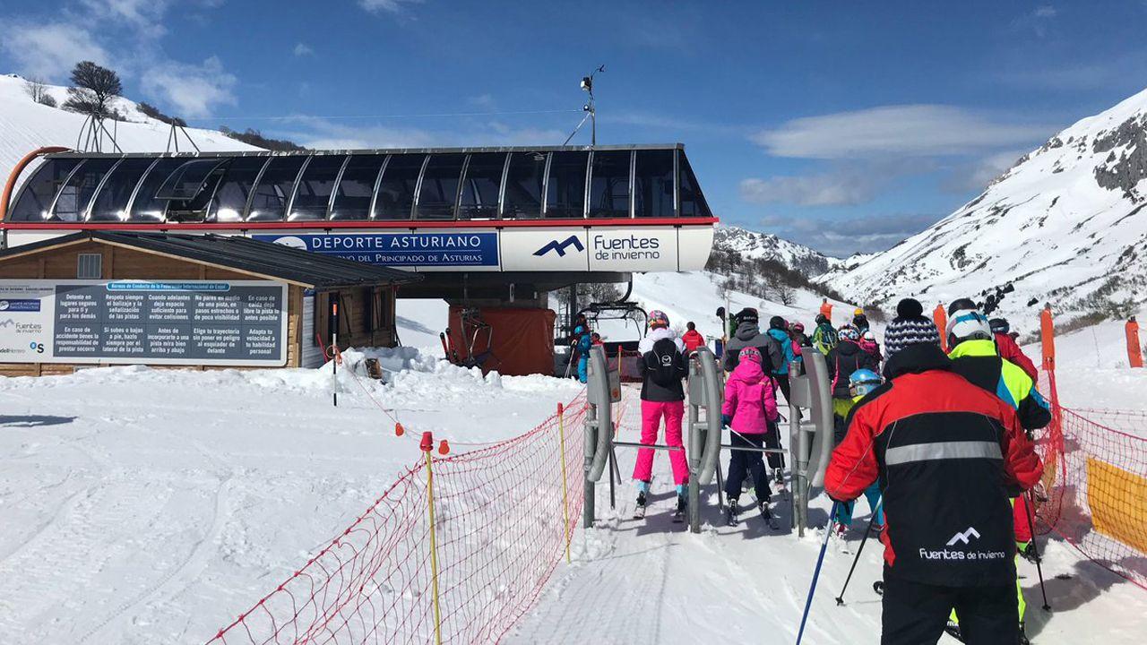 Colas en los remontes de la estación de esquí de Fuentes de Invierno.Colas en los remontes de la estación de esquí de Fuentes de Invierno